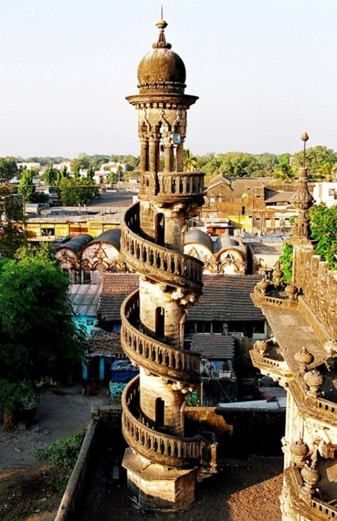 Spiral staircase in the Mahabat Maqbara, Gujarat, India (via TrekEarth)