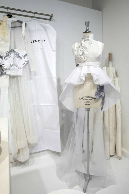 bienenkiste:   Givenchy Haute Couture via Les Journées Particulières LVMH - 15 & 16 OCT. 2011 The first creator of high quality products worldwide, present in 195 countries, LVMH is the savoir-faire ambassador of high tradition throughout the world. In every single country, 83.000 collaborators refresh the soul of over 60 prestigious maisons, in fashion, leather, perfume, cosmetology, wine, alcohol, watch-making and jewelry sectors. For two days, during the Journées Particulières, LVMH opened to the general public 25 of its most symbolic sites in Paris and several other regions in Italy, Spain, U.K. and Poland. The initiative provided visitors with a variety of experiences that highlighted each brand's expertise and allowed artisans to demonstrate their skills. The Louis Vuitton ateliers in Asnières, Palazzo Fendi, Givenchy's haute couture salon and the Salon de Prestige at Dior's Avenue Montaigne headquarters were a few of the sites visitors were able to tour.