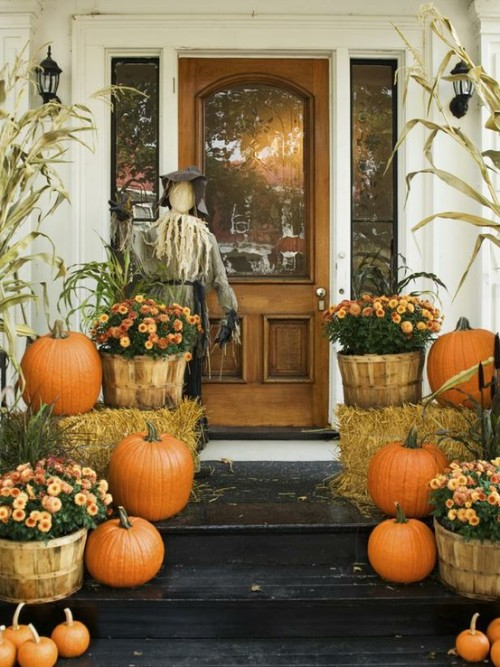 Charming fall decor increases a home's curb appeal (via mish mash mom)