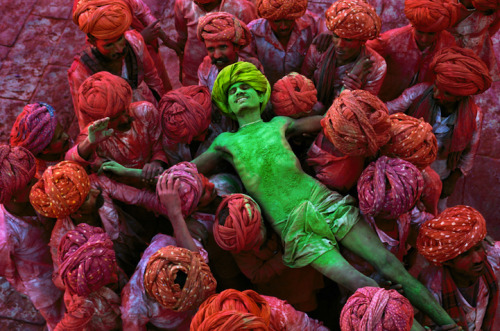 kratonton:  Steve McCurry's Iconic Retrospective via @.mymodernmet http://www.mymodernmet.com/profiles/blogs/22-incredible-photos-of http://www.peterfetterman.com/