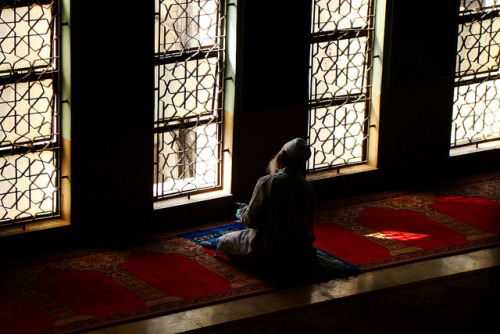 shamila-ki-jawani:  Bangladesh Dhaka, Praying Old Man by David Slotema on Flickr.