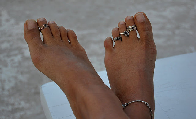 s-e-a-soul:  toe rings are cute yet useless