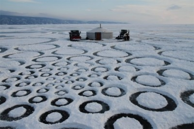 Jim Denevan (circles in the snow on Lake Baikal laid out in a Fibonacci curve, from 18 inches to several miles in diameter) via swissmiss