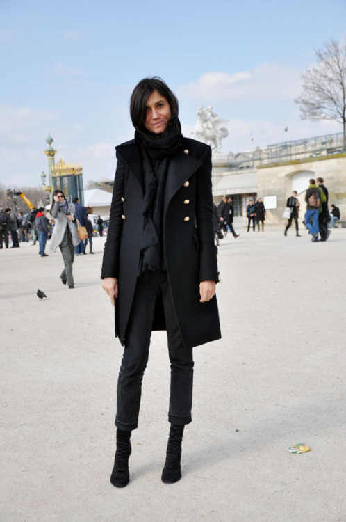 Right so obviously Emmanuelle Alt is like the queen of rocker-chic coolness, but you know, I don't generally find her THAT interesting most of the time, decked out in head-to-toe bedazzled Balmain. But THIS. This is just great. That coat is fucking fantastic and I really love the way she's tucked her hair inside her scarf.  via trendycrew