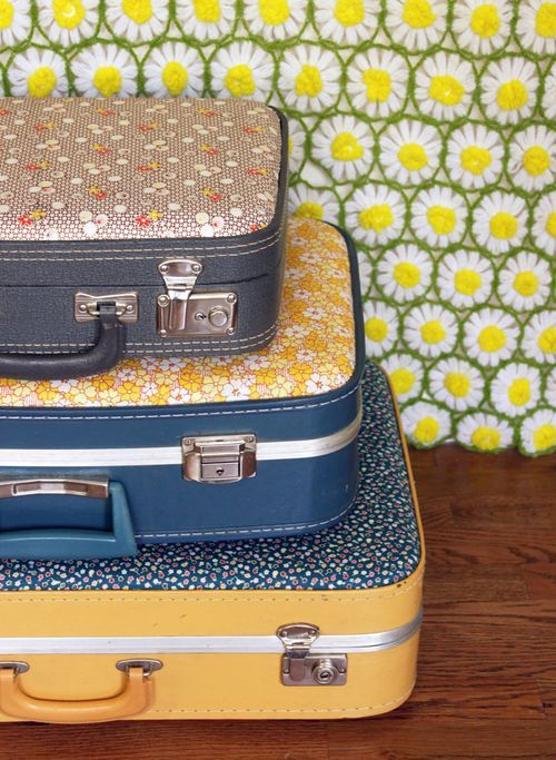 DIY: vintage suitcase makeover   lol i think my grandma had one of those somewhere :runs off to find it: clicky here for the tutorial