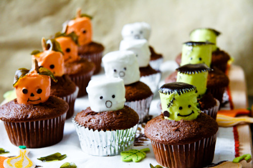 gastrogirl:  adorable marshmallow chocolate halloween cupcakes.
