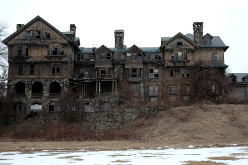 claudiablonde:  creepy old mansion
