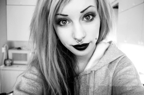Septum, cheek piercings and adorable big eyes! Septum, Wangen-Piercings und anbetungswürdige, große Augen!  http://piercingprincess.tumblr.com/