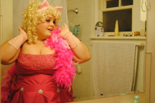 leupagus:  angelanoelleneice:  Me in my awesome Miss Piggy costume  NO BUT IT'S PERFECT