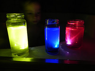 Fun with submersible lights. (via Play At Home Mom: Submersible Science (bath time fun))