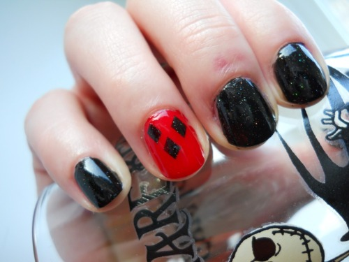 fashiontipsfromcomicstrips:  Manicure Monday: Harley Quinn nails, by All Polished I love how simple and chic this manicure is.