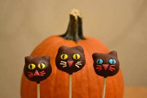 Halloween Cat Cake Pops from Growing Up Veg! Adorbs! There's pumpkins too which are super-cute as well but I really like the cats because of the ears—they're chocolate chips! Ha! Clever. Meanwhile, I love the idea of cake on a stick. Why does everything taste better on a stick?! What else can we put on a stick? I'm also loving all this Halloween food porn, btw. Thanks, Finding Vegan!