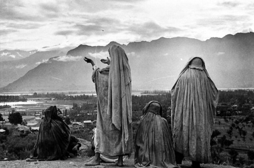 lovebelikeawhirlwind:  zaraahmed:  Srinagar, Kashmir -1948  this is a Henri Cartier-Bresson picture (I believe) entitled The Women of Kashmir one of my favorite photographs