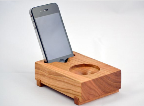 "Koostik Mini Koo iPhone Speaker - It makes use of natural passive amplification through its ""trumpet horn"" speaker port, and requires no power to operate."