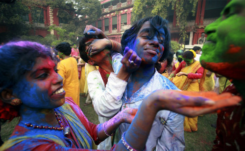 "sydrose:  Holi - Festival of Colors   ""When love is in the air, you know it is time to celebrate Holi. The festival does not recognizes any bars of caste, class or creed. Drenched in colours, everybody comes to resemble each other losing their original self. This is the beauty of this festival. Its uniqueness lies in the fact that this festival treats everybody at par, all differences dissolve in the coloured water that flows in plenty in it.""   (via this source)"