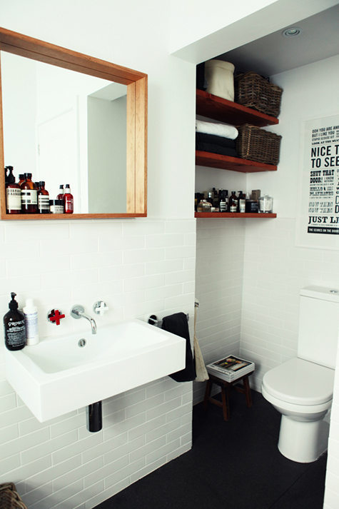 small bathroom with personality (via Ideas To Steal)