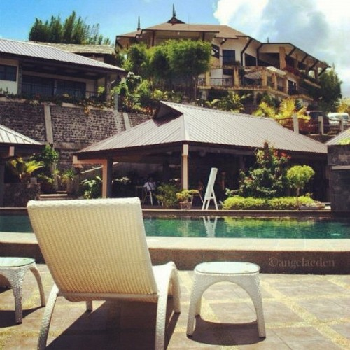 Now, why wasn't I on this chair? :P #chair #poolside #relax #view #pool (Taken with Instagram at La Vista Highlands)