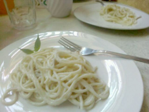 CARBONARA ITALYA ALA PINOY STYLE!Carbonara is a dish made up usually of bacon,cheese,eggs,and of course—pasta. The Filipinos adopted this food and made their own versions. One of this version I remember is consists of evaporated milk,eggs and pasta. But ever wondered where the term 'carbonara' originated from? They say it comes from an Italian term for charcoal workers.Because in early Roman times,carbonara is a favorite of charcoal workers. Ironic,isn't it?  a sossy food like the carbonara comes from a term that is associated with poor people and charcoal is black & carbonara is white.