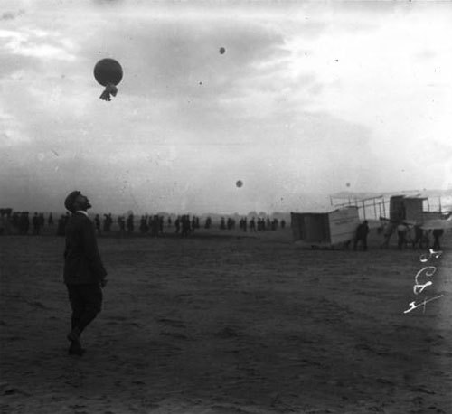 """Farman, Ghent, May 30, 08 [sends a sounding-balloon to appreciate the wind] : [photographie de presse] / [Agence Rol]"" (via)"