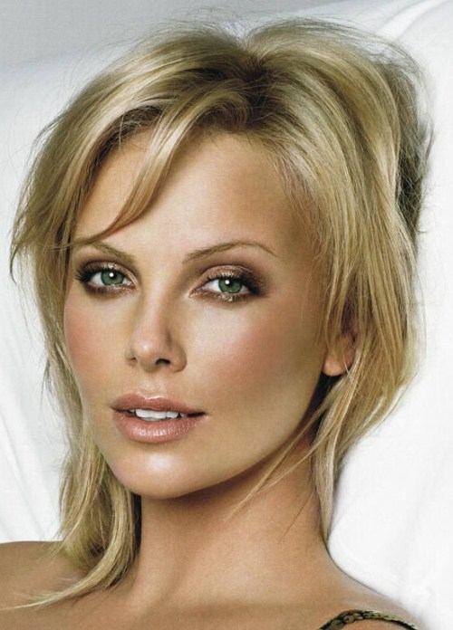 makeupbox:  Charlize Theron in Soft, Smoky Neutrals —- I'm not one of those who finds Charlize Theron breathtaking, but this is one of those looks that I find so simple but stunning on her. Rich, smokiness at the lash line and outer corners, combined with glimmering bronzes and beiges brings out a relaxed sultriness that I love.