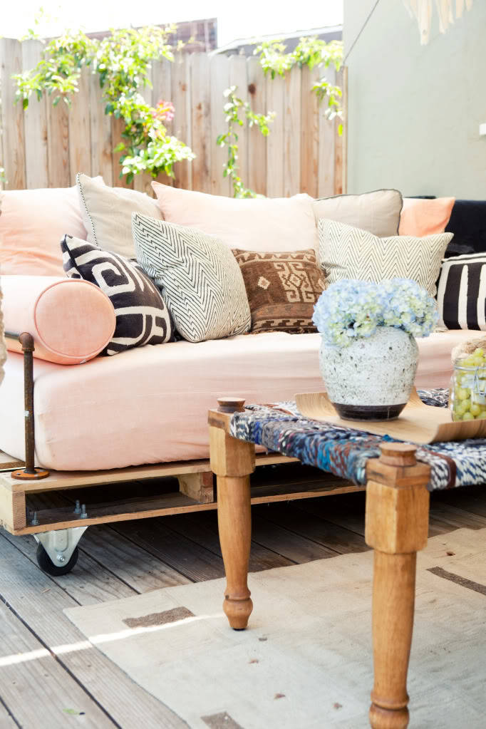 PRETTY IN PINK PALLET OUTDOOR SOFA Isn't that outdoor sofa so nice? If not for the obvious pallet at the bottom, you wouldn't really know that its made from pallets and those rustic looking pipes as a part of the arm rest adds some drama. :)