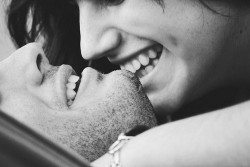 Desde crianças em nossas cabeças é projetado o 'felizes para sempre', príncipe perfeito, amor eterno… é. Não estou a ponto de dar minha opinião, mas ao mesmo tempo que eu acredito ou não acredito, eu só quero sentir. Em algum lugar, na receita ou roteiro da vida, deve ter um lugar reservado para essa coisa de amor. Essa conversa de que 'uma hora chega', devo estar fazendo algo de errado para ela nunca chegar. Eu não peço muito. Só quero que essa hora chegue. Não a hora de um conto de fadas, mas a hora em que alguém apareça para me fazer sentir esse amor recíproco dos contos de fadas.