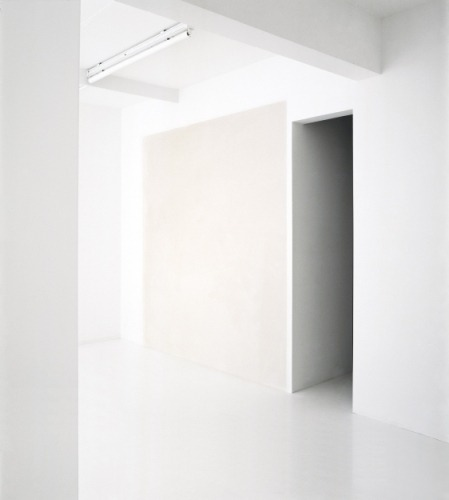ahnini:  Chalk on wall. Installation view. White – Out Studio. Knokke. 2005. Willy de Sauter.
