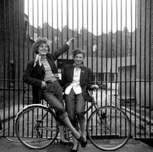 fuckyeahgirlsandbikes:  theniftyfifties: 1950s Teddy Girls photographed by Ken Russell.