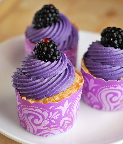 Recipe: Angel Food Cupcakes with Blackberry Buttercream (via Fake Ginger)