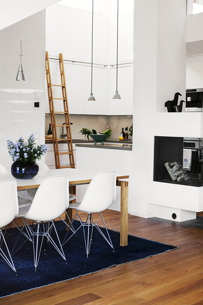 myidealhome:  sliding ladder in the kitchen (via Skonahem)