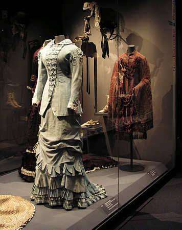 oldrags:  Promenade dress, ca 1880 Germany, Modemuseum in Schloss Ludwigsburg Bad picture, but the dress is so nice that I had to post it.