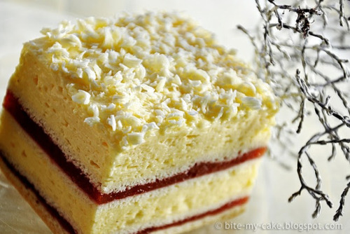 imgoingtobeacook:  Vanilla Strawberry Cream Cake Recipe is in Russian but if you scroll all the way down, it translates to English click image for recipe