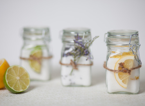 tutorializer:  Infused sugar recipe - an excellent diy gift idea (via Sugar and Charm: infusing sugar)