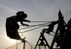 تحفة. مراجيح العيد. An Egyptian gils swings at a popular park in Cairo, Egypt, as she celebrates Islamic Eid al-Adha, or Feast of the Sacrifice, in Cairo, Egypt, Monday, Nov. 7, 2011. (AP)