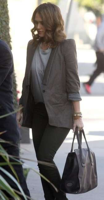 Jessica Alba spotted in Los Angeles wearing a Vanessa Bruno blazer with skinny jeans. So chic!