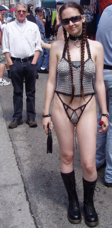 "gil-narmor:  chainmailgirls:  The guy in the background is funny  >funny >""Funny"" is interchangeable with ""Creepy"""