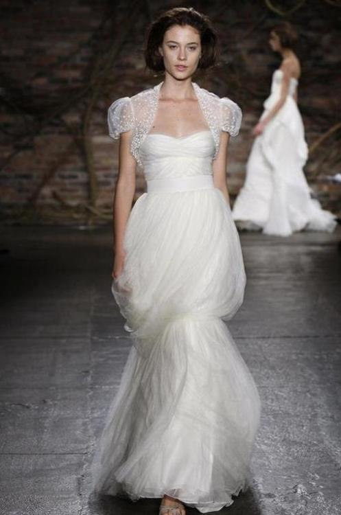 heartbeatoz:  (via postcards and pretties: {sponsor post} designer gowns from preownedweddingdress.com)