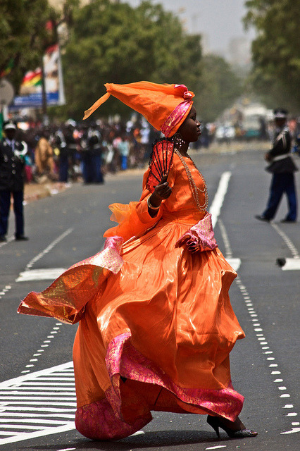 bellysoulgourmet:   fyeahafrica:   A Senegalese woman crosses the street in her brightly coloured gown   a pure oshun…