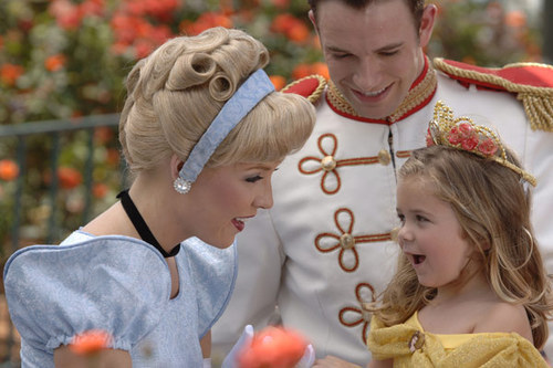 Little Belle meets Cinderella and Prince Charming.  Adorable face.
