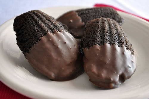 imgoingtobeacook:  Nutella-Filled Chocolate Madaeleines click image for recipe