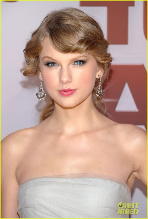 Entertainer of the Year Taylor Swift at the 2011 Country Music Awards.  Here are the products celebrity makeup artist Lorrie Turk used on Taylor to create this look.  FACE COVERGIRL Natureluxe Silk Foundation $9 COVERGIRL TruBlend Minerals Blush in Pure Romance $8  EYESCOVERGIRL Intense ShadowBlast in Platinum Pop $8A very thin line of COVERGIRL LineExact eyeliner in Very Black $7COVERGIRL Lash Perfection Mascara $8  LIPSFor her lips on the red carpet, Lorrie used COVERGIRL ShineBlast in Sparkler $6For the performance they switched it to COVERGIRL NatureLuxe Gloss Balm in Peony $6  Total: $52  Source: www.hollywoodlife.com