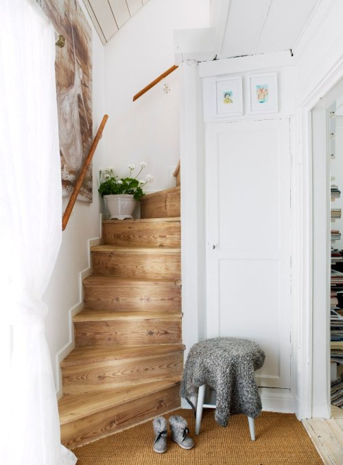 Beautiful wooden stairs are original to this charming restored Swedish cottage, built in 1720 (Arrrgh. And it's for sale. If only we could cough up a spare 300,000€)… (via Västra Trädgårdsgatan 13, Nyköping - Svensk Fastighetsförmedling)