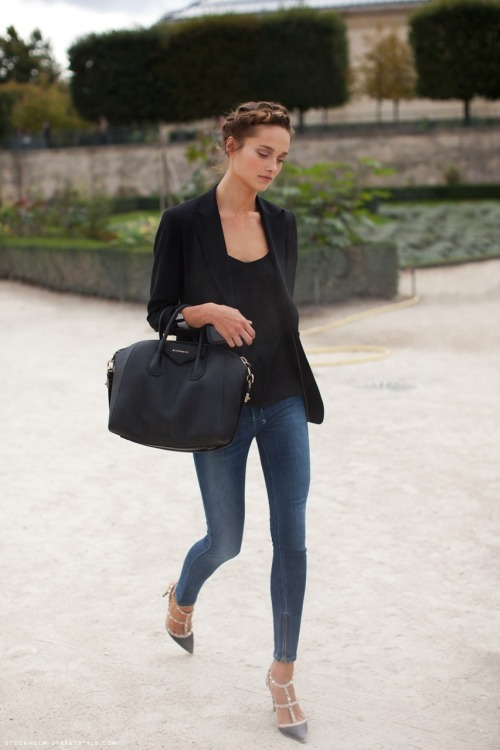 Sometimes, all you need is a pair of great fitting jeans! This girl looks amazing in her jeans. Simple, yet chic! Style Tip: Blank N.Y.C. makes tons of yummy denim goodies! You'll feel absolutely great in these jeans. Check them out, here!