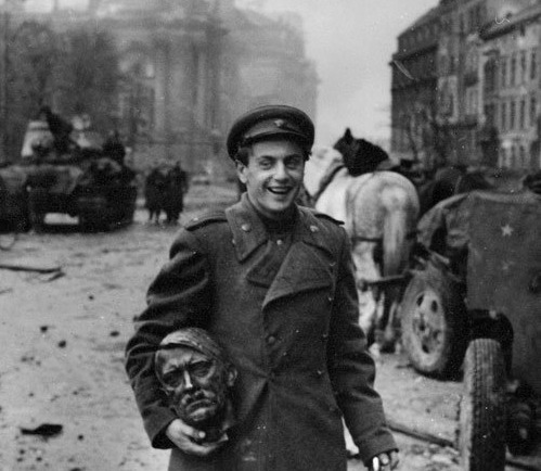 the-seed-of-europe:  Soviet soldier carrying the head of a statue of Hitler, Berlin 1945. Photograph by Soviet war photographer Yevgeny Khaldei.  more Yevgeny/Evgenii Khaldei