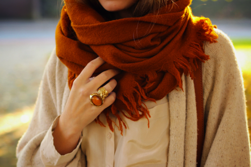 i love the way the scarf and the ring match… she looks so warm and yet so stylish!