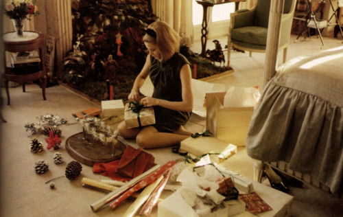 katiebug-tigerlily:  Grace Kelly prepares Christmas presents on the floor of her bedroom.