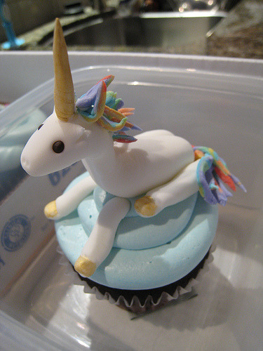 cupcakejunkie:  Unicorn Rainbow cupcake (by CharmChang)