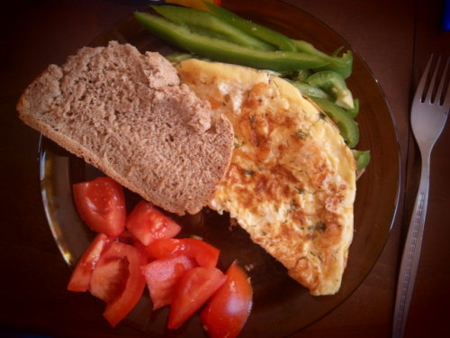 Omelet or Omelette? Basis: homemade bread with wholewheat flour, white flour, a pinch of brown sugar and pink salt, oil and weast Omelette: 1 and 1/2 eggs,  mozzarella, some 3.2% fat milk, Himalayan salt, sesame,fresh white pepper On the side: green pepper sticks and tomatoes