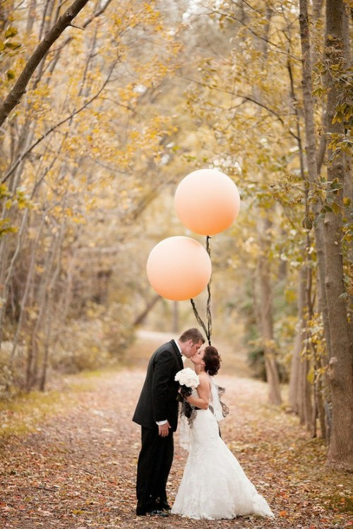 Wedding photo with balloons (via w e d d i n g / via style me pretty)