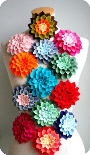 threadpaperscissors:  DIY Felt Dahlias This is the best tutorial for the cutest felt dahlia flowers EVER! I don't wear brooches…but I think this would look cute pinned to a scarf, bag or used on a headband! Found this one on Holidash, I'm going to make mini versions of these and glue them onto dog collars :D